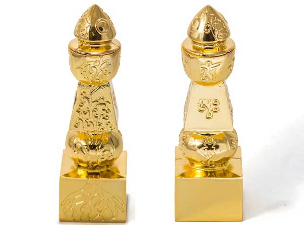 Pagoda celor cinci elemente din metal aurit incrustata cu pomul vietii